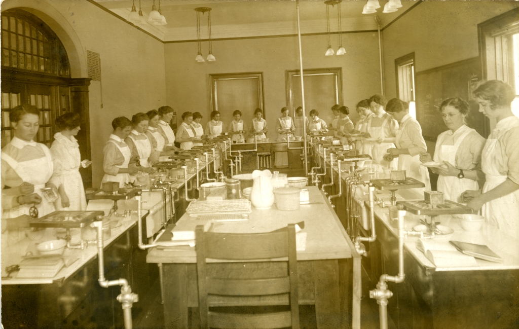 Photograph of young women in the Home Economics Food Lab taken between 1914 and 1915.